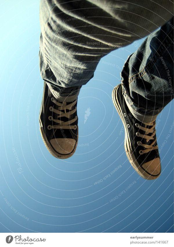 abgehoben Freiheit Sommer Sonne Luftverkehr Jugendliche Beine Fuß Himmel Schönes Wetter Hose Jeanshose Schuhe Turnschuh fliegen frei blau schwarz Chucks
