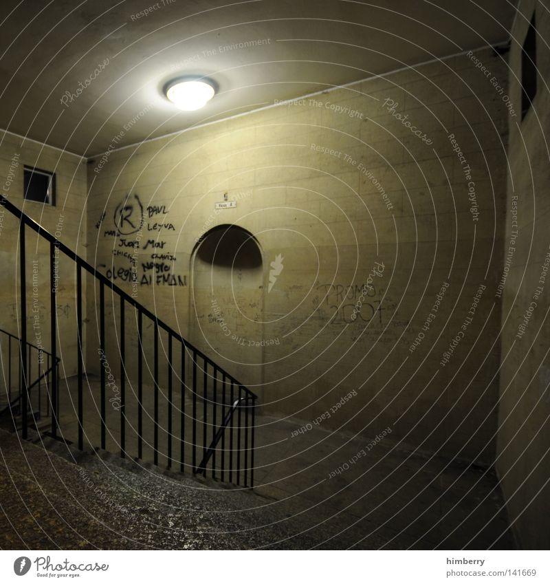 underground Treppenhaus U-Bahn London Underground Geländer Treppengeländer Licht Lampe Flucht Fluchtweg Bunker Schutz Luftschutzbunker Graffiti Tatort Überfall