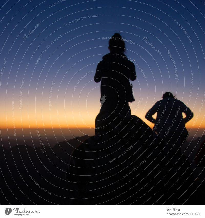 Warten auf das Licht Mensch Ferne Berge u. Gebirge Zufriedenheit Religion & Glaube warten Horizont Aussicht Wüste Mond Spannung aufsteigen Götter Bibel Ägypten
