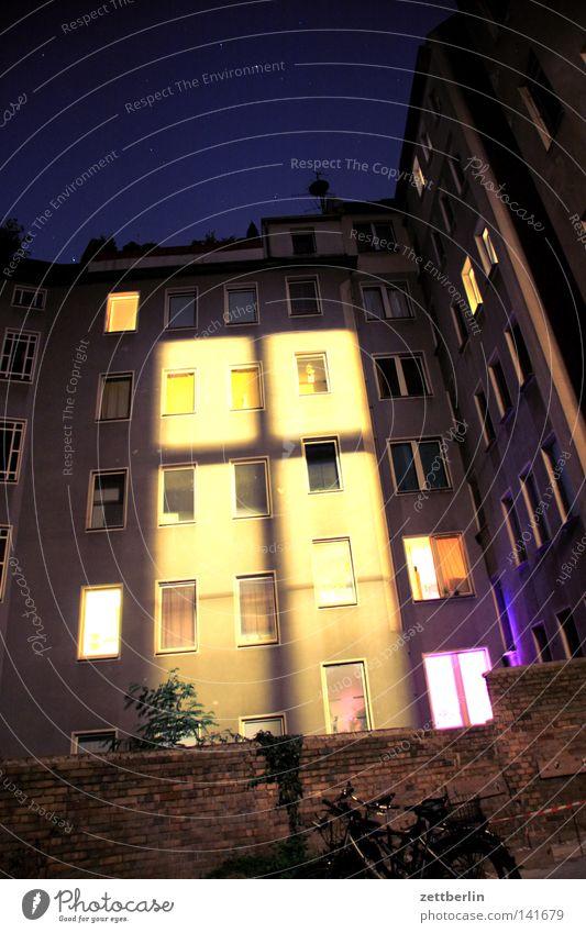 Fenster zur Nacht Fassade Haus Hinterhof Stadthaus Fensterkreuz Nachtlicht Licht Lichterscheinung Erscheinung Lampe Beleuchtung erleuchten Erkenntnis