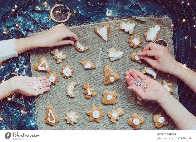 Mutter mit der Tochter, die Weihnachtsplätzchen verziert Tisch Küche Mensch Mädchen Frau Erwachsene Hand 2 machen geschnitten Teppichmesser Mehl Lebkuchen