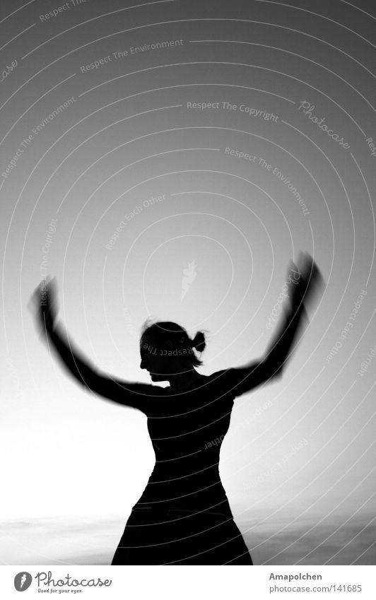 Engelsgleich Frau Ferien & Urlaub & Reisen Jugendliche Erwachsene Leben Bewegung Gesundheit Tod Freiheit fliegen springen Nebel Freizeit & Hobby frei elegant