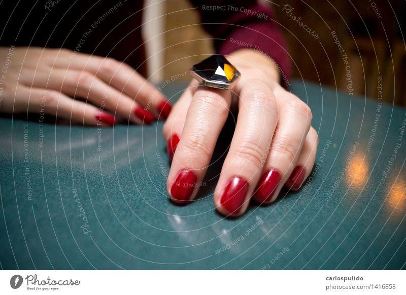 # 1416858 elegant schön Maniküre feminin Junge Frau Jugendliche Erwachsene Hand Finger Mensch 18-30 Jahre Ring blau rot Fingernagel Tisch manuell Farbfoto