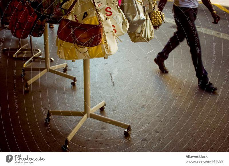 i'm walking Handtasche laufen gehen schreiten Schaufenster Angebot Tasche Fußgängerzone Sommer Schweiz Reichtum