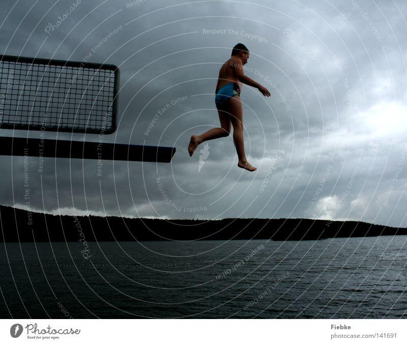 Jumper springen Sprungbrett Junge Kind schreiten Luft Regen grau Unwetter Wolken See Schwimmbad Freibad Badeort Schwimmen & Baden hüpfen Himmel schwarz Wasser