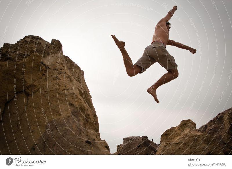 wurfstern springen Mann grau Superman hüpfen Faust Knie Schwerelosigkeit Aktion Brandenburg trocken liebste Kraft Sprungkraft Schweben beige Freude Spielen