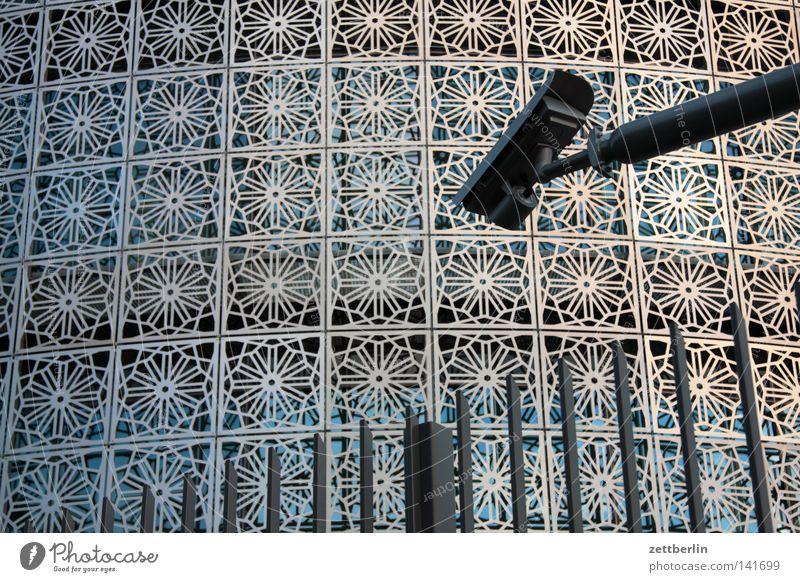 Sicherheit 2.0 Überwachungskamera Fotokamera Sicherheitsdienst Zaun Barriere Schutz Konsulat Panoramafreiheit Haus Gebäude Arabesken Muster Schmuck