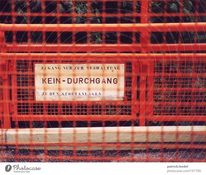 [HH08.2] Sperrzone Gitter rot Rost mehrfarbig angemalt Barriere Durchgang Schilder & Markierungen weiß Schriftzeichen Zaun Eisen Schulgebäude Spielen Verwaltung