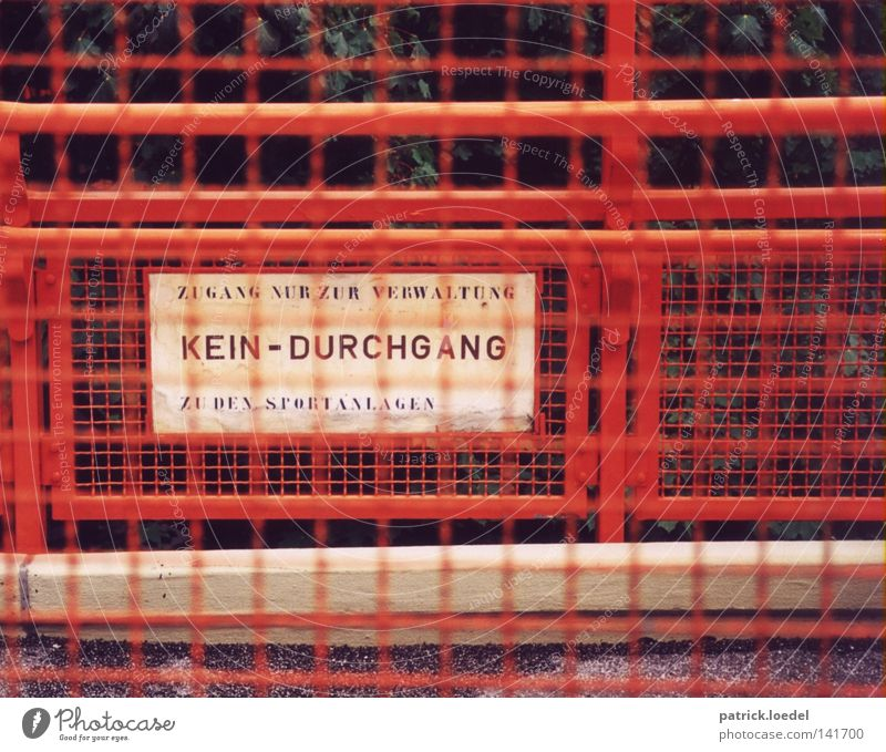 [HH08.2] Sperrzone weiß rot Spielen Wege & Pfade Metall Schilder & Markierungen Schriftzeichen Schulgebäude Wut Zaun Rost Trennung Barriere Eisen Verbote Gitter
