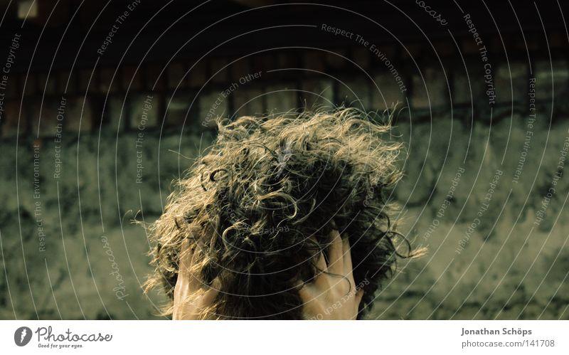 lockenball Mensch Hand Mädchen Wand Kopf Haare & Frisuren Mauer Wellen rund Trauer viele Ball berühren Mitte Locken verstecken
