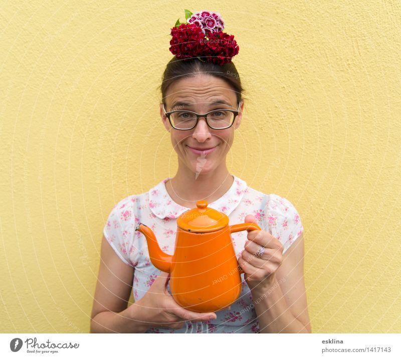 Eine Tasse Tee? Kaffeetrinken Getränk Heißgetränk Teekanne Freude feminin Frau Erwachsene 1 Mensch 30-45 Jahre Blume Blüte Brille Blumenschmuck Blumenhut