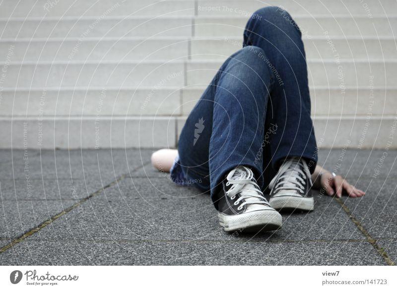 liegend [Weimar 08] Frau Mensch Hand Stein Beine Fuß Schuhe Arme Hintergrundbild Treppe verrückt Bekleidung Boden Ecke Jeanshose