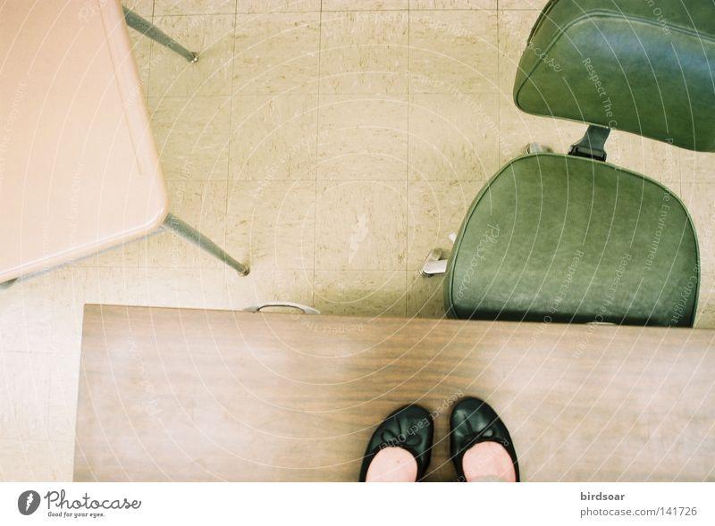 Frau Fuß Tisch stehen Schreibtisch Anschnitt Bildausschnitt Tischplatte deplatziert Bürostuhl exponiert Ballerina Frauenfuß Tischkante
