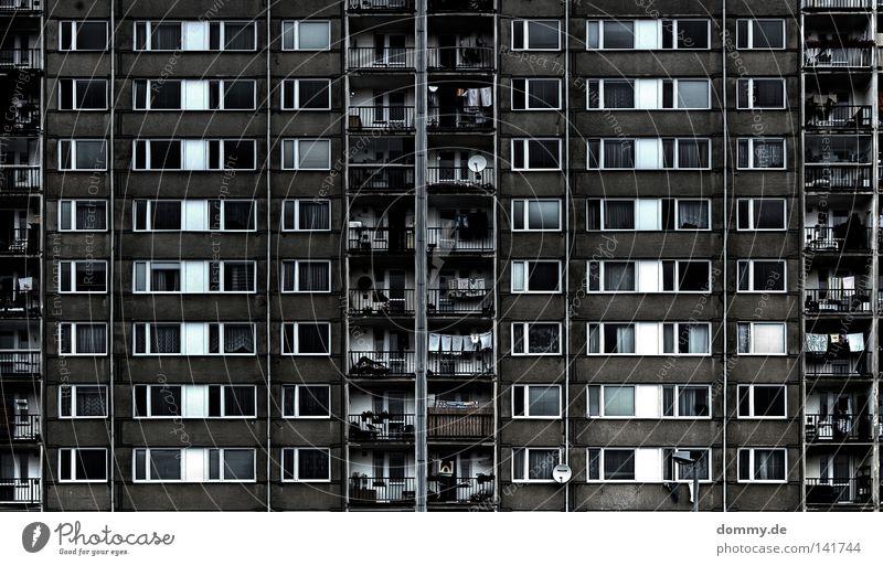 APARTMENT B - ROOM 101 G alt weiß Stadt schwarz Haus Fenster Leben Raum Wohnung Glas Fassade dreckig Beton Hochhaus Seil Baustelle