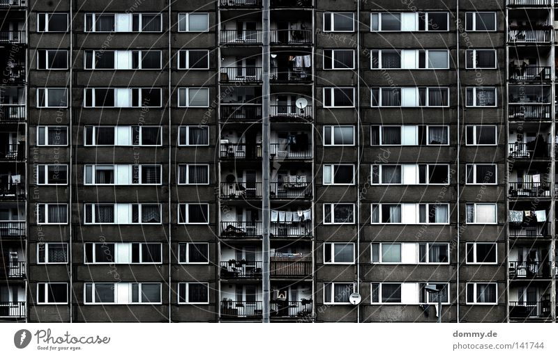 APARTMENT B - ROOM 101 G Haus Hochhaus Beton Stahl Fenster Balkon Gardine Vorhang Sowjetunion Osten Tschechien Prag schwarz weiß Schatten Singel Wohnung
