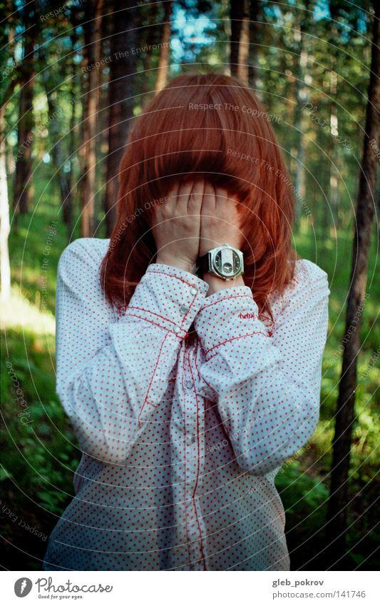 tief im Wald. Haare & Frisuren Gesicht Hand Platane Bekleidung Holz Natur Himmel Angst Panik Behaarung Hände Handflächen Ellenbogen rot Uhren Hemden Flora