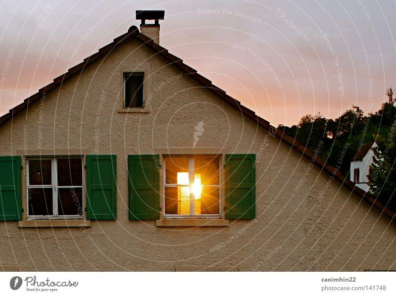 Lichtblick Fenster Sonne Haus Dach Kirche Kirchturm hell gelb Sonnenstrahlen Sonnenuntergang Backstein Fassade Wolken Himmel Abend durchdringend Leipzig Schweiz