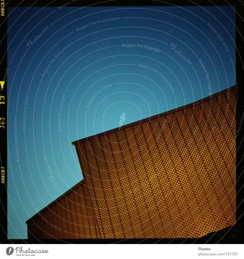 Philharmonie Berlin Gebäude Architektur gold Fassade modern Denkmal Bauwerk Wahrzeichen Abenddämmerung Blech Klassik Mittelformat Scan Konzerthalle