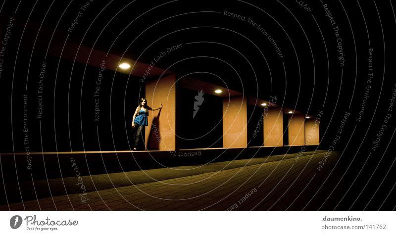 lightbox Frau schön ruhig Farbe Architektur Lampe Kunst Beleuchtung Kraft Bekleidung fallen Falte Dame Rost Schweben Lautsprecher