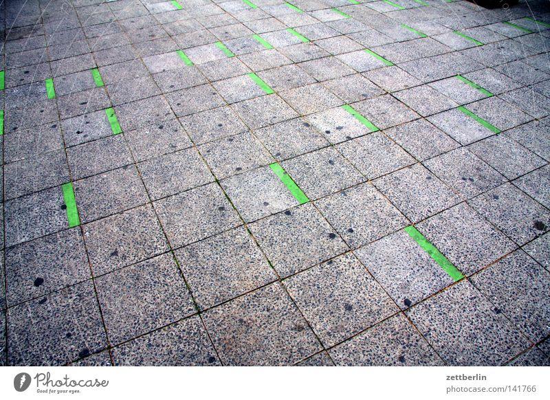 Grüne Striche grün Straße Linie Schilder & Markierungen Verkehr Perspektive Information Bürgersteig Fußweg Verkehrswege Straßenbelag Fuge Hof Bodenplatten