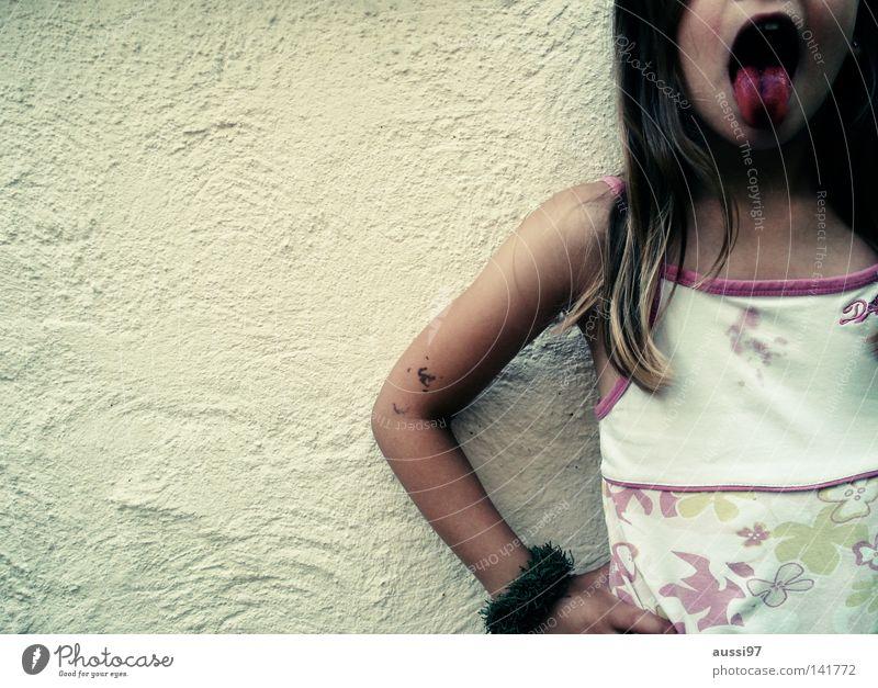 Wassereis Kind Himbeeren rausstrecken Mädchen Thusnelda Farbstoff klecksen Freude Eis Zunge Himbeerrot Schalach Scharlach frech eingefärbt gestellt Fleck Farbe