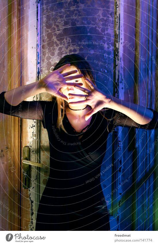 argh violett grün Hand Licht mehrfarbig Langzeitbelichtung Taschenlampe Verfall gruselig schön Frau grell Kleid Angst Panik Farbe scharz Gesicht verstecken