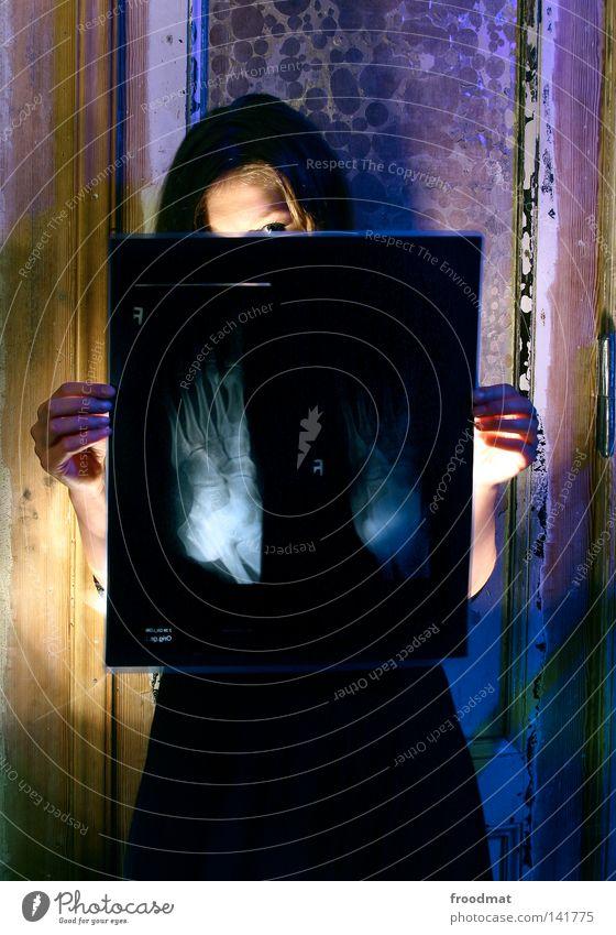 fuss kaputt violett grün Hand Licht mehrfarbig Langzeitbelichtung Taschenlampe Verfall gruselig schön Frau grell Kleid Röntgenbild Fotografie Arzt Farbe scharz