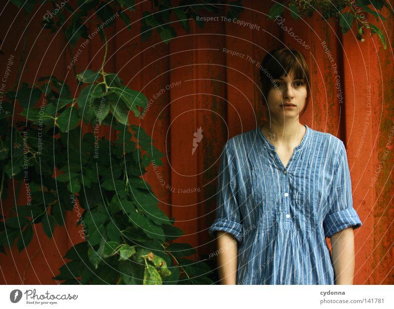 Stillgestanden [Weimar08] Frau Mensch Natur alt blau Baum schön rot Blatt Einsamkeit feminin Leben dunkel Wand Gefühle Denken