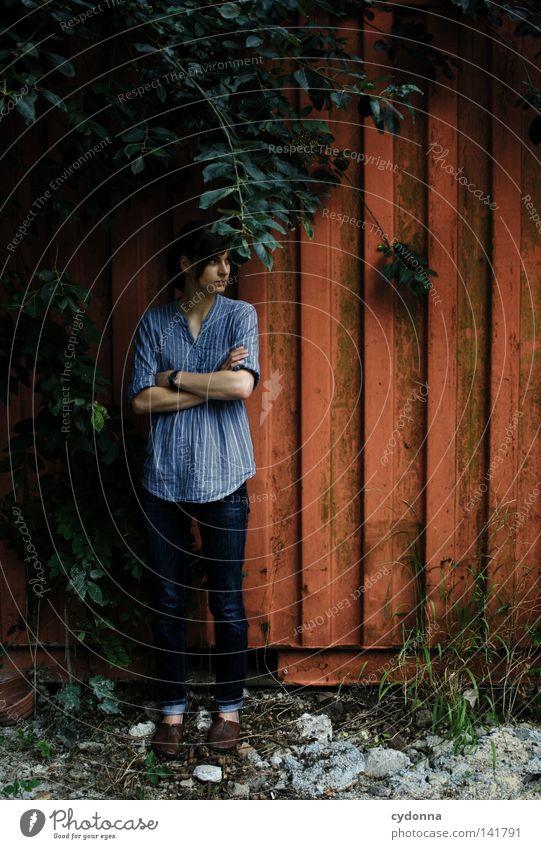 Escape [Weimar08] Frau Mensch Natur alt blau Baum schön rot Blatt Einsamkeit feminin Leben dunkel Wand Gefühle Denken