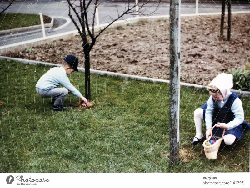 Frohe Ostern ! Kind Baum Mädchen Straße Wiese Junge Frühling Fröhlichkeit Suche Hut Ei Geborgenheit Sechziger Jahre Korb Siebziger Jahre