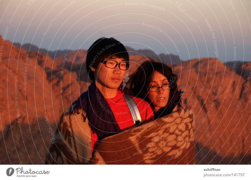 Das Licht erleben Mensch Frau Jugendliche Mann Sonne ruhig Ferne Berge u. Gebirge kalt Gefühle Paar Zusammensein Horizont Zufriedenheit warten Aussicht