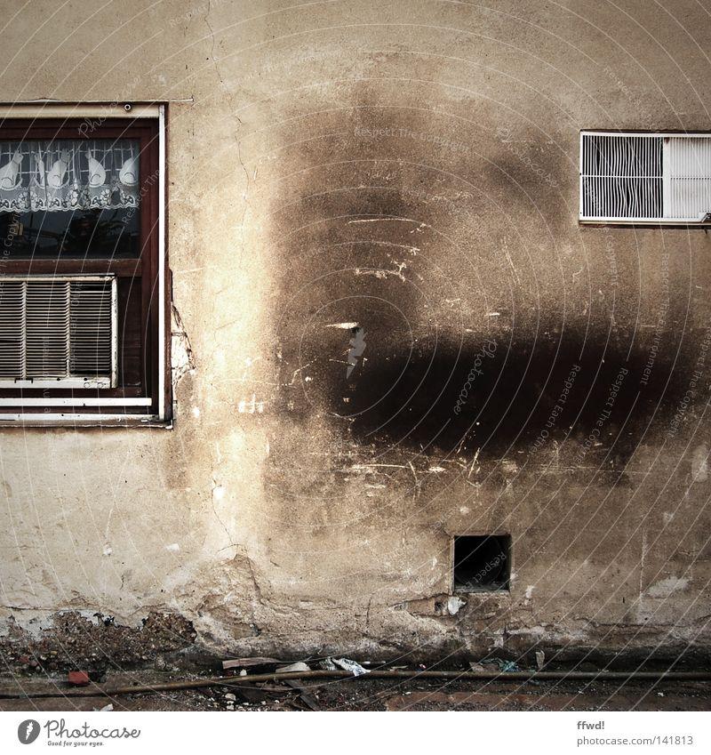schön ist anders alt Einsamkeit Wand Fenster Stein Mauer braun dreckig Müll Vergänglichkeit verfallen Ruine schäbig Fleck Putz Gardine