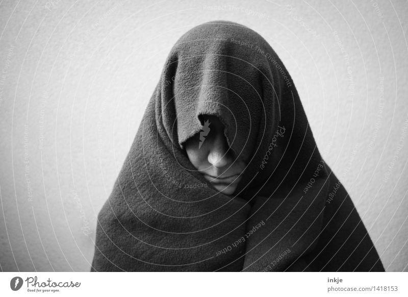 schweigen Lifestyle Junge Frau Jugendliche Erwachsene Leben Gesicht 1 Mensch 30-45 Jahre Stoff Fleece Kopftuch Decke frieren Traurigkeit warten dunkel kalt