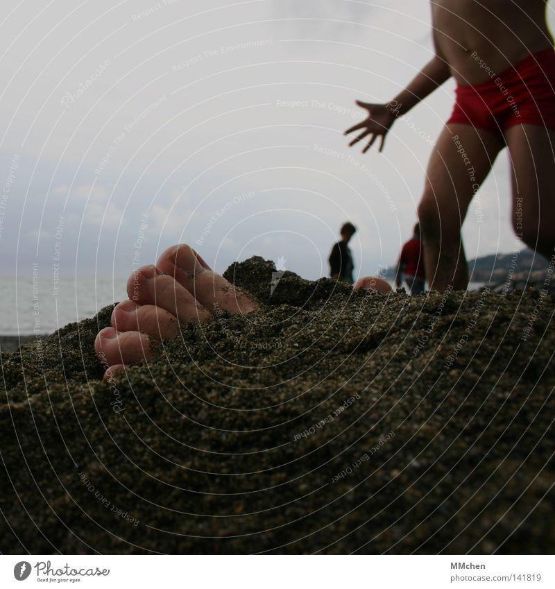 Guck mal, Mama, ich hab hier was gefunden.... Kind Hand Strand Fuß Sand Erde gefährlich finden Schrecken erschrecken beerdigen vergraben