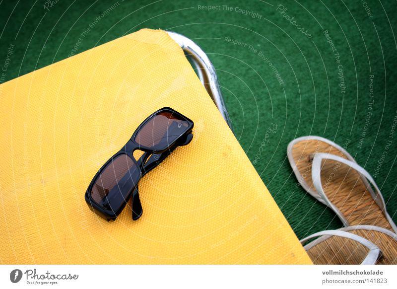 Urlaub auf Kunstrasen Ferien & Urlaub & Reisen weiß grün Strand schwarz gelb Schwimmen & Baden Schuhe Freizeit & Hobby Liege Sonnenbad Bikini Cocktail Sonnenbrille Silber Liegestuhl