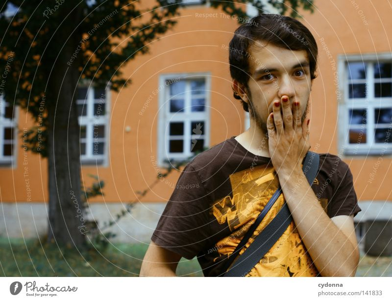Oops! I did it again [Weimar08] Mann Kerl Gefühle Porträt Fingernagel Nagellack Fehler verschwenden Wand Baum Überraschung geheimnisvoll Hand doesnotcare Mensch
