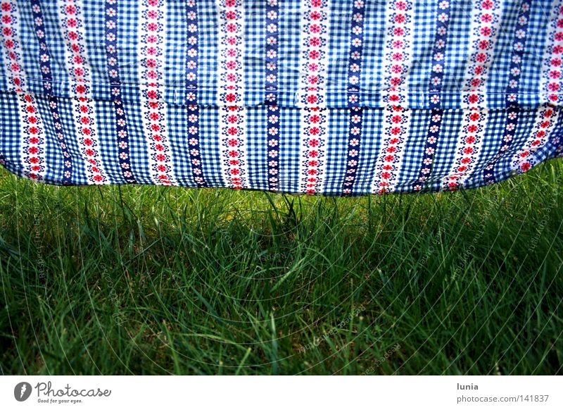 Locker hängen lassen Bettwäsche Gras Wiese Rasen blau rot weiß grün aufhängen trocknen Muster Haushalt Blume aufgehängt kariert