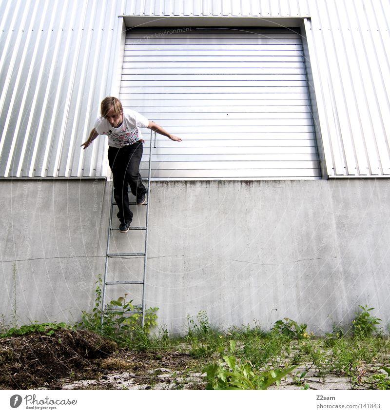 es gibt keinen löffel! Mensch Mann grün Sommer Architektur Leiter Metall Zufriedenheit Tür gehen laufen maskulin Treppe Kraft verrückt Perspektive