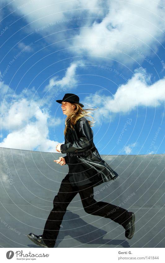 runnin' man Mann Junger Mann Jugendliche langhaarig blond Leder schwarz Hose Jeanshose Hut Kopfbedeckung Gesichtsausdruck Zähne zeigen Himmel himmlisch