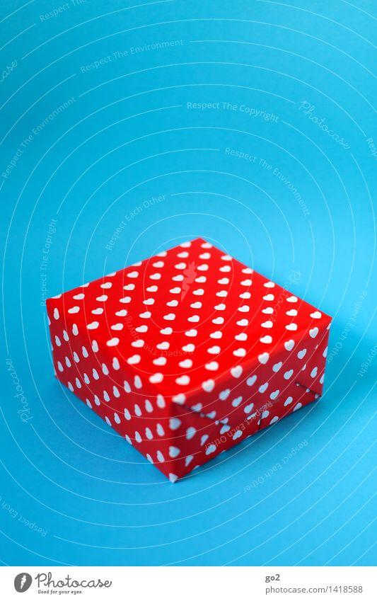 Geschenk kaufen Valentinstag Muttertag Weihnachten & Advent Geburtstag Paket Geschenkpapier Herz ästhetisch blau rot weiß Vorfreude Neugier Farbfoto