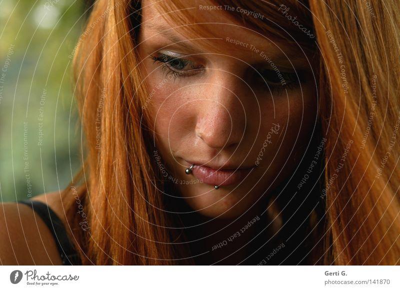 wait and see Frau schön rot ruhig Gesicht Herbst Denken warten nachdenklich Frieden Gesichtsausdruck langhaarig Junge Frau Piercing rothaarig friedlich