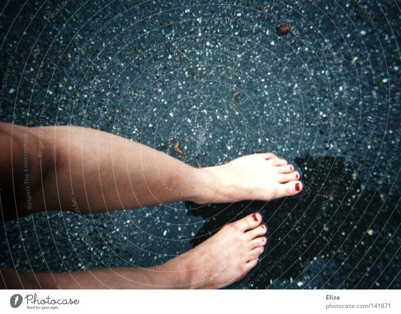 Spurensuche I Wasser Straße kalt Herbst Beine Fuß Regen nass Suche Asphalt Spuren feucht Gewitter Barfuß Zehen Nagel