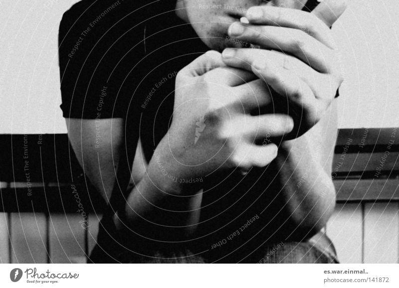ich brauch das jetzt. Rauchen Rauschmittel Hand Wind atmen festhalten sitzen inhalieren Bank Zigarette Lunge ziehen Pause Schwarzweißfoto Außenaufnahme