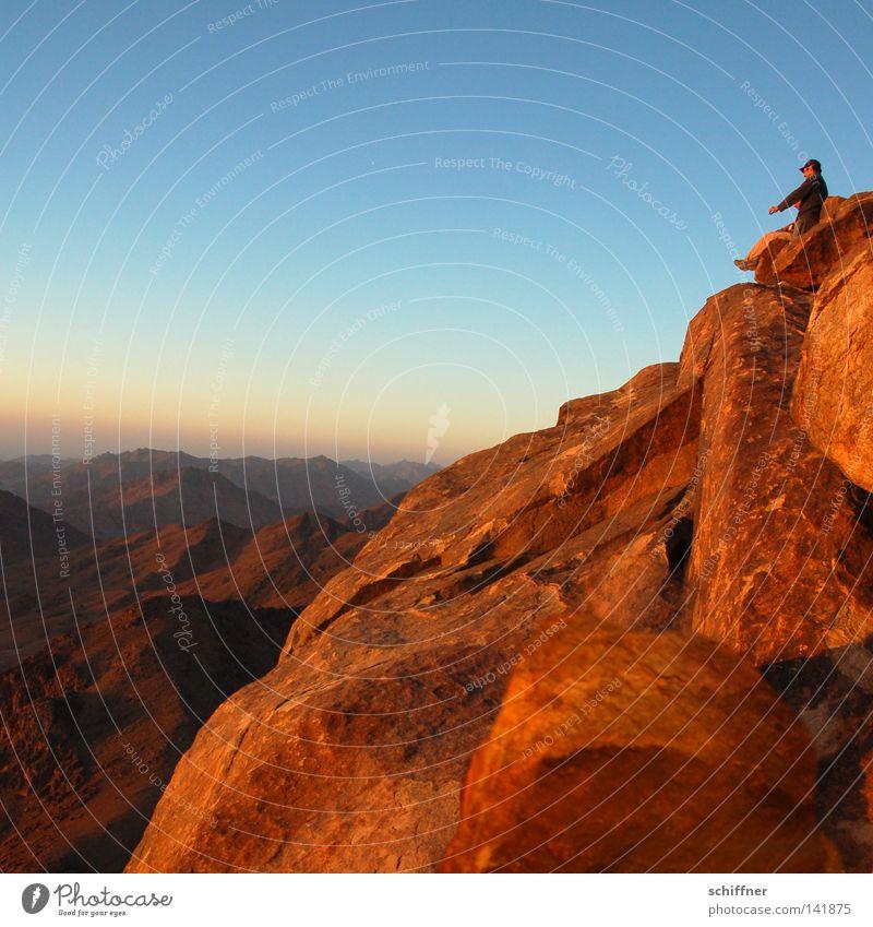 Das Licht genießen Mensch Mann Sonne Erholung Einsamkeit ruhig Ferne Berge u. Gebirge Gefühle Denken Horizont Zufriedenheit warten Aussicht Glaube Frieden
