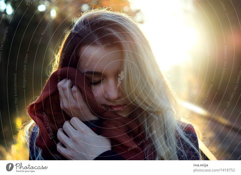 den Herbst fühlen Mensch feminin Junge Frau Jugendliche Erwachsene Gesicht 1 18-30 Jahre Umwelt Natur Sonnenaufgang Sonnenuntergang Sonnenlicht Schönes Wetter