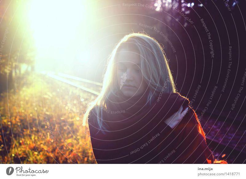 Herbstblues Mensch feminin Junge Frau Jugendliche 1 Umwelt Natur Sonne Sonnenaufgang Sonnenuntergang Sonnenlicht Schönes Wetter Accessoire Schal blond