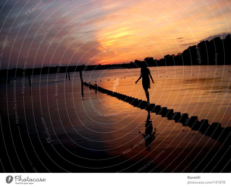 Kurz vor dem Ende. Frau Mensch Himmel Natur Wasser Sonne Ferien & Urlaub & Reisen Meer Sommer ruhig Einsamkeit Erwachsene Ferne Erholung Freiheit Wärme