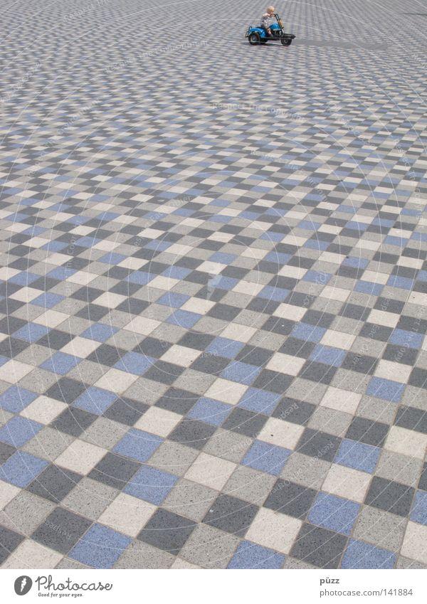Knokke Drive Spielen Kindheit 1 Mensch Platz Spielplatz Spielzeug blau grau Fliesen u. Kacheln Bodenbelag Pflastersteine Farbfoto Außenaufnahme abstrakt Muster