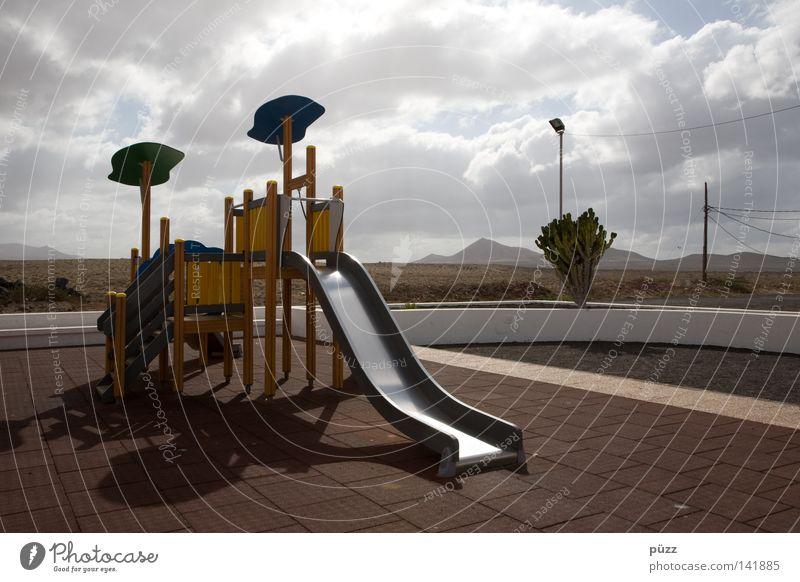 Spielplatz Sonne Sommer Wolken Einsamkeit ruhig Ferne Spielen Wärme leer Physik Kinderspiel Rutsche Lanzarote Kletteranlage