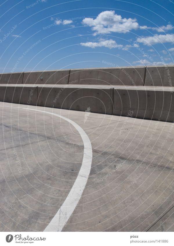 Linie Himmel Wolken Mauer Wand Verkehrswege Straße Beton Schilder & Markierungen blau grau weiß Grafik u. Illustration Farbfoto Außenaufnahme abstrakt